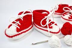 själv-virkat behandla som ett barn skor som göras av bomull royaltyfri foto