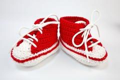 själv-virkat behandla som ett barn skor som göras av bomull royaltyfri fotografi