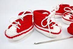 själv-virkat behandla som ett barn skor som göras av bomull royaltyfria bilder