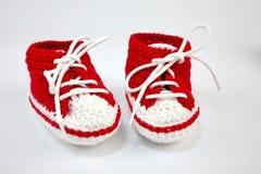 själv-virkat behandla som ett barn skor som göras av bomull arkivfoto