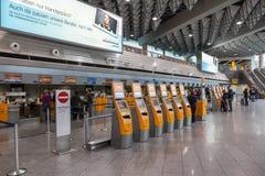SjälvCheckinmaskiner på flygplatsen Arkivfoton