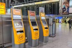 SjälvCheckinmaskiner på flygplatsen Royaltyfria Bilder
