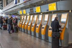 SjälvCheckinmaskiner på flygplatsen arkivbild