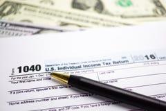 Självdeklarationform 1040 och dollar: U S Individuell inkomst arkivfoton
