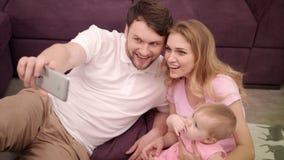 Självfotoet av den lyckliga familjen med lite behandla som ett barn Samhörighetskänslafamiljstående stock video