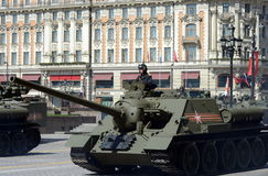 Självgående vapen SU-100 under en repetition av ståta som är hängiven till den 70th årsdagen av segern i det stora patriotiskt Royaltyfri Fotografi