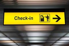 Självkontroll i tecken för skärm för kioskpekskärm växelverkande på flygplatsen royaltyfri foto