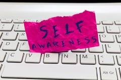 Självmedvetenhet för ordhandstiltext Affärsidé för medvetenhet av en person in mot ett läge eller happenings arkivbild