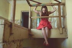 Självmordflickan som placerar på golvet Arkivfoton