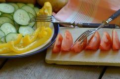 Självodlat tomat, peppar och gurka och potatis på den lantliga tabellen Royaltyfria Bilder