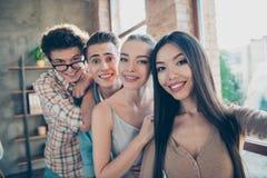 Självporträtt av fyra gladlynta glade personer, vänner, stilig ne royaltyfri bild