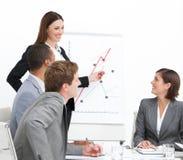 självsäker affärskvinna som gör presentation Royaltyfri Fotografi