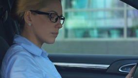 Självsäker affärskvinna som parkerar automatiskn nära kontorsmitten, erfaren chaufför arkivfilmer