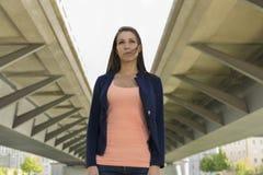 Självsäker kvinna i stads- miljö Arkivbilder