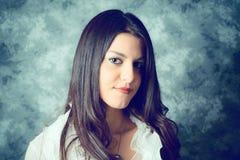 Självsäker medelhavs- ung kvinna med långt brunt hår royaltyfri fotografi