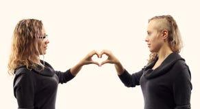 Självsamtalbegrepp Den unga kvinnan som talar till henne och att visa gör en gest Dubbel stående från två olika sidosikter arkivbild