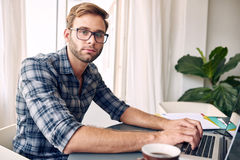 Självständig entreprenör som ser kameran Royaltyfri Fotografi