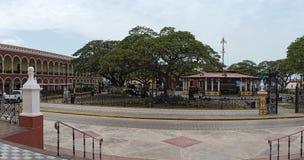 Självständighet parkerar med den röda casaen Guerrero i San Francisco de Campeche arkivbild