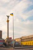Självständighetmonumentet på självständighet kvadrerar i Kiev i morgonen Arkivfoton