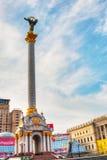 Självständighetmonumentet på självständigheten kvadrerar i Kiev i Arkivbild