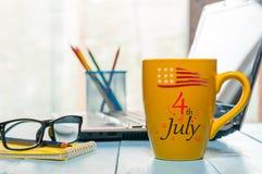 Självständighetsdagen av Amerika, USA Juli 4th Bild av den juli 4 kalendern på kontorsbakgrund field treen Töm utrymme för Royaltyfri Fotografi