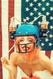 Självständighetsdagenkvinna med flagga- och drinkhjälmen royaltyfri foto
