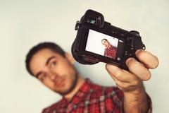 Självstående av den gladlynta skäggiga bloggeren i sommarexponeringsglas, Arkivfoton