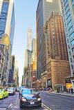Sjätte aveny och västra 57th gata i midtownen Manhattan Arkivfoton