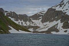 Sjö överst av ett bergpasserande i Alaska royaltyfria foton