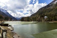 Sjö Alleghe Morgon på sjön Alleghe, Dolomities, Italien UNESCOvärldsnaturarv, Belluno, Italien royaltyfri fotografi