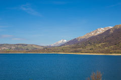Sjö av Campotosto, Abruzzo italy Royaltyfri Bild