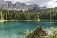 Sjö av carezzaen Sjö Carezza med monteringen Latemar, Bolzano landskap, södra tyrol, Italien Perfekt klar smaragdsjö i Dolomites royaltyfri bild