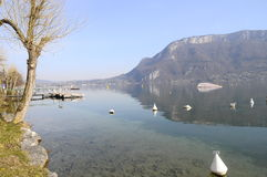 Sjö av det Annecy och Forclaz berget, i Frankrike Royaltyfri Foto