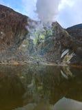 Sjö av monteringen Papandayan och dess brinnande svavelkrater, Java Indonesia Royaltyfri Fotografi