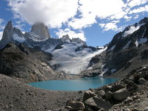 Sjö av trena med fitz roy mt i bakgrunden som sett i patagonia, Argentina Fotografering för Bildbyråer
