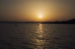 Sjö Balaton med trevlig solnedgång på sommar, Ungern Arkivfoton