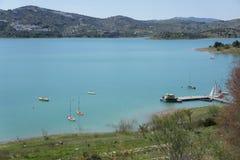 Sjö, berg och blå himmel i la Viñuela, MÃ-¡ laga, Spanien Royaltyfri Fotografi