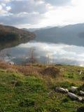 Sjö, berg och moln, härligt landskap Royaltyfri Bild