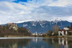 Sjö blödd slott- och bergsikt royaltyfri bild