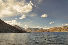 Sjö bland Ladakh berg Arkivbild