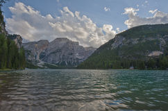 Sjö Braies i en solig dag av sommar, Dolomites, Trentino, Italien Arkivfoton