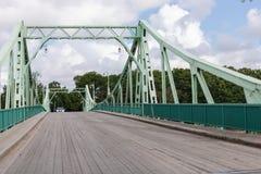 Sjö- bro eller Kalpaka bro över den Karosta kanalen i Liepaja, Arkivbild