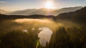 Sjö Caumasee Switzeland flyg- 4k för soluppgångdimmaberg stock video