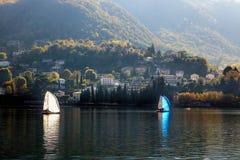 SJÖ COMO, ITALY/EUROPE - OKTOBER 29: Segla på sjön Como Lecc royaltyfri bild