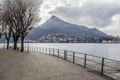 Sjö Como och promenadstad av Lecco, Italien Royaltyfria Foton