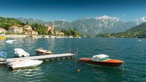 Sjö Como på Tremezzo med den härliga nostalgiska träsnabba motorbåten arkivbilder