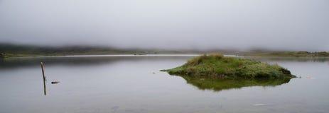 Sjö Cushuro med dimma, Perú arkivfoton