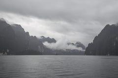Sjö, dimma och berg royaltyfri bild