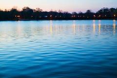 Sjö efter solnedgång arkivfoton