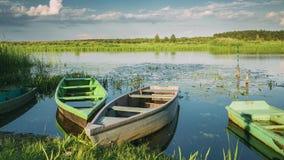 Sjö eller flod och gamla träroddfiskebåtar i härlig sommar Sunny Evening stock video
